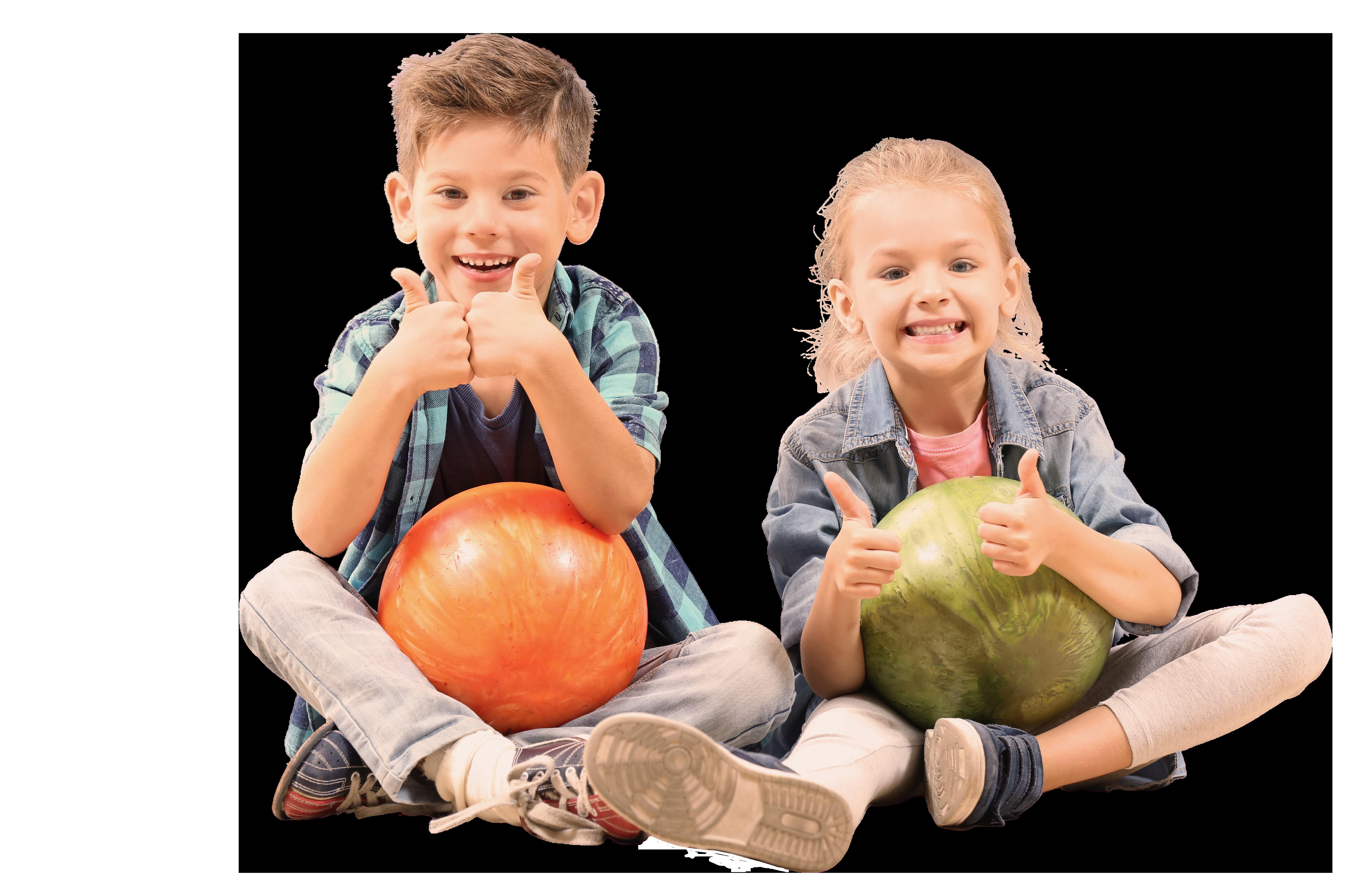 Kinder mit Bowlingkugel
